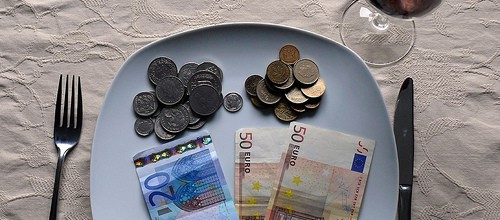 Geld auf Teller