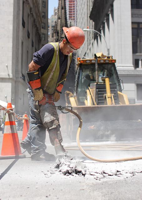Bauarbeiter reisst mir einem Presslufthammer die Strasse auf
