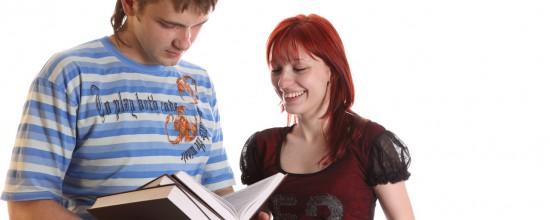 Studenten mit Büchern stehen