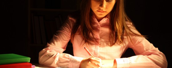 Frau schreibt an einem Buch Autor